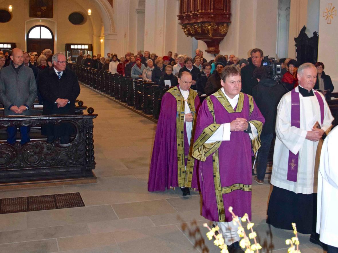 Prälat Dr. Bertram Meier zieht in die Basilika St. Lorenz ein. Vor ihm gehen Diakon Georg Lechleiter und Monsignore Dr. Bernhard Ehler (rechts).