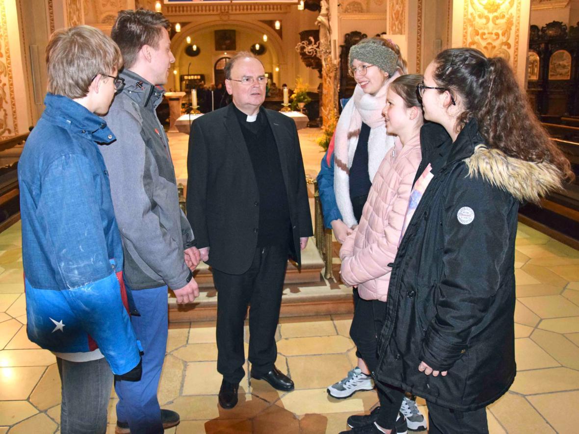 Der ernannte Bischof im Gespräch mit Ministranten von St. Lorenz.