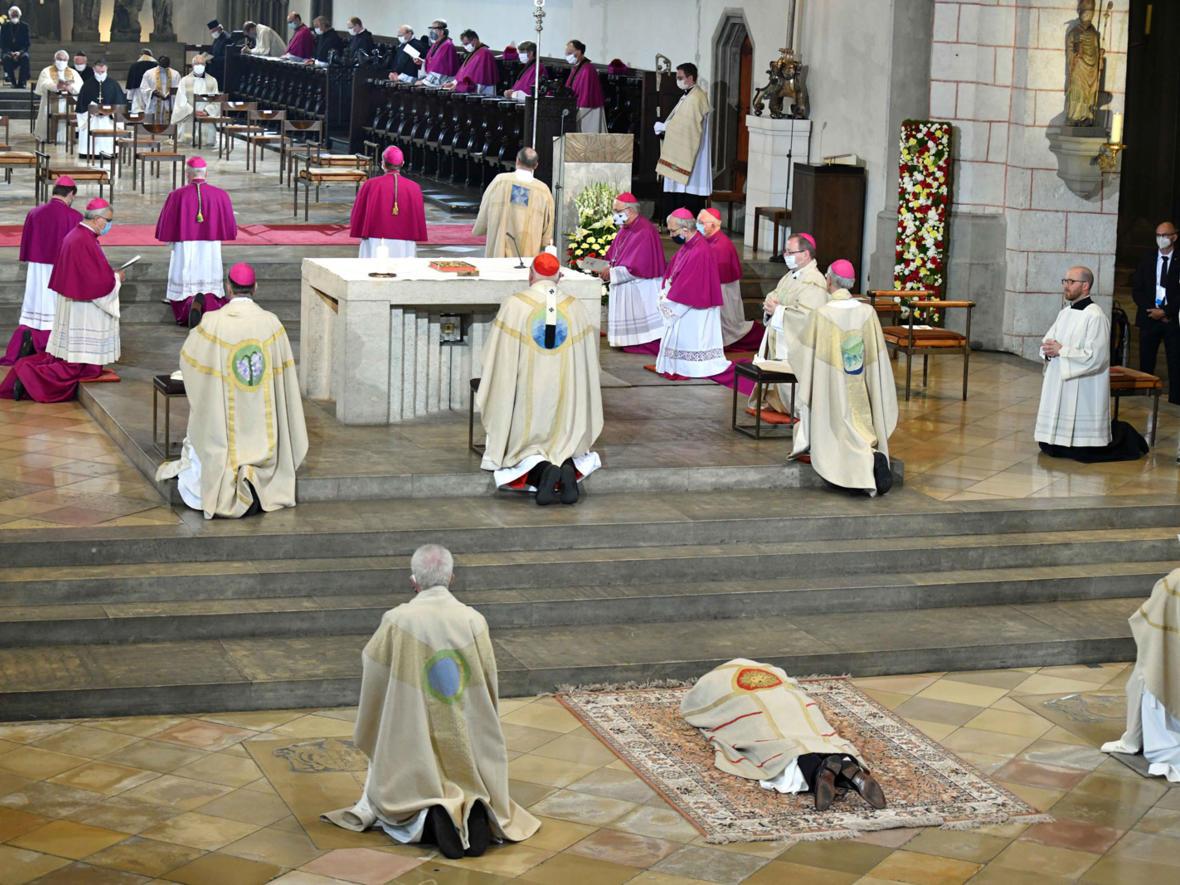 Die Allerheiligenlitanei während der Bischofsweihe (Foto: Nicolas Schnall / pba)