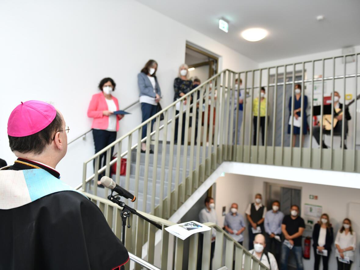 Die versammelten Mitarbeiter von IT und EFL nahmen an den Feierlichkeiten teil (Foto: Julian Schmidt / pba)