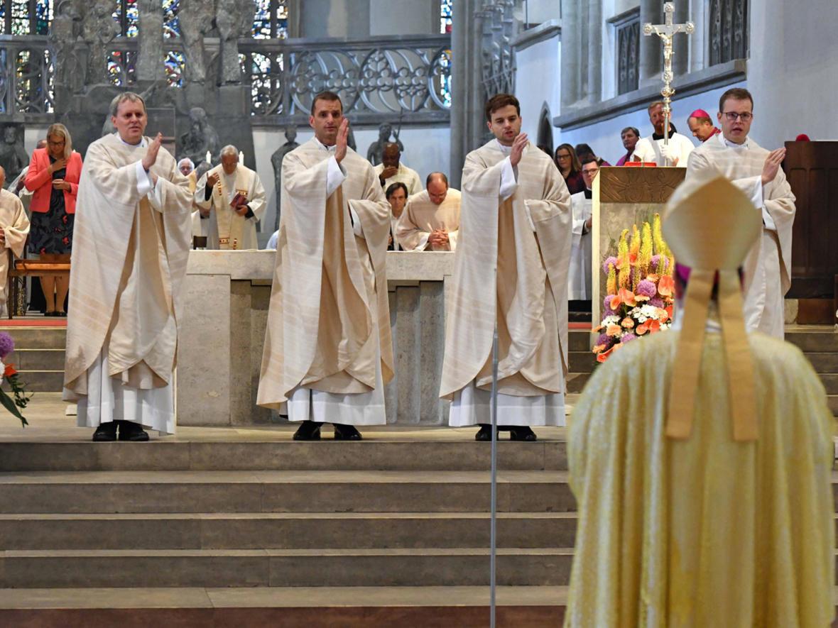 Die vier Neupriester spenden den feierlichen Primizsegen (Foto: Nicolas Schnall / pba)