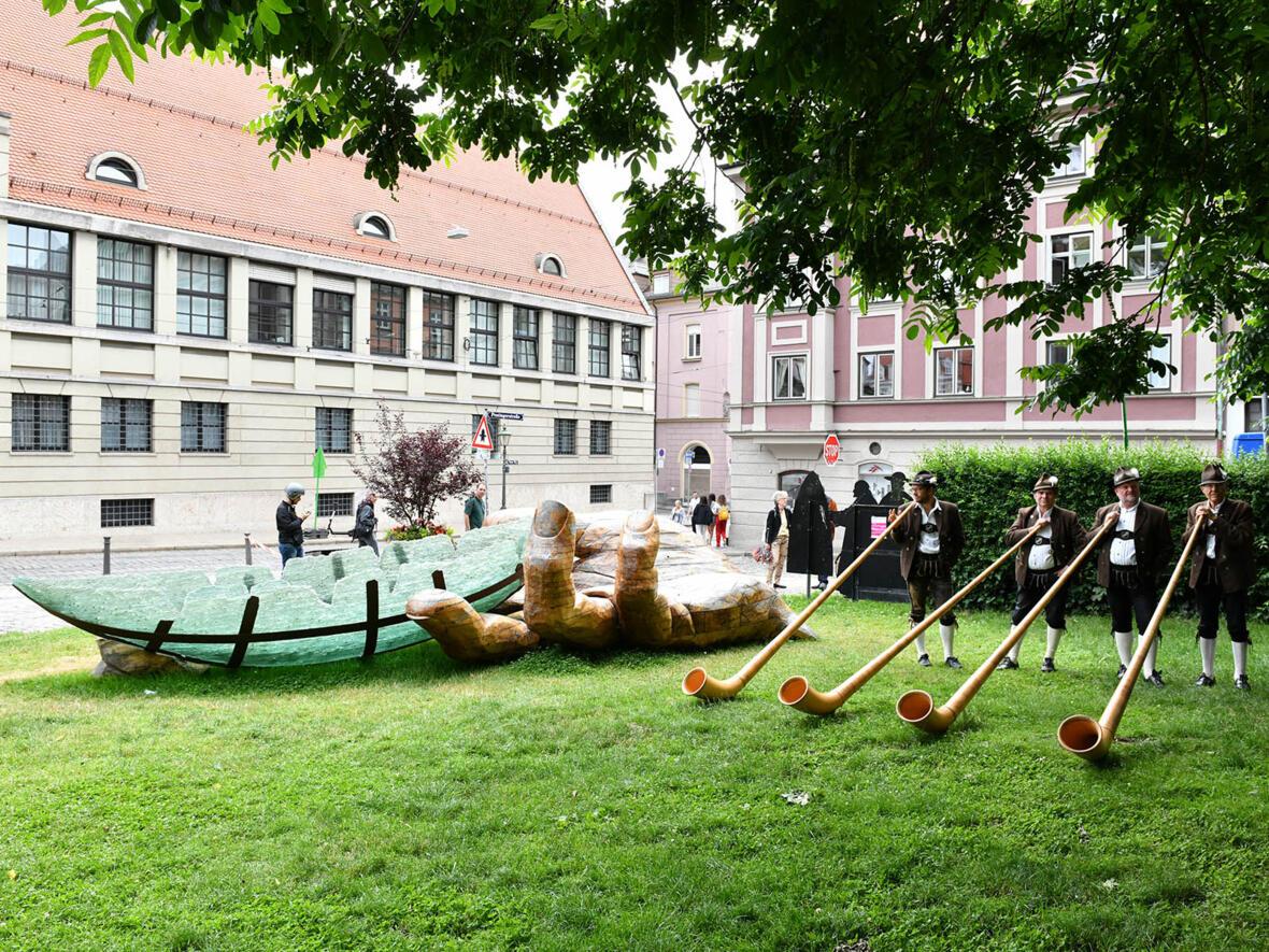 Die Wertacher Alphornbläser neben der Glasarche am Domvorplatz (Foto: Julian Schmidt / pba)