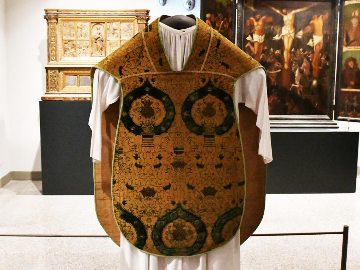 Diese spätmittelalterliche Kasel soll Martin Luther angeblich bei seiner Romreise 1511 getragen haben (Foto: Julian Schmidt / pba)