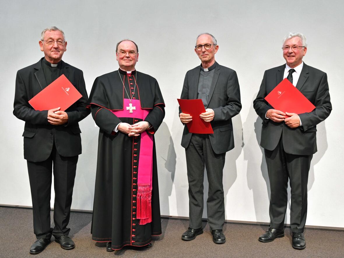 Drei Monsignori für das Bistum (v.l.): Pfarrer Alois Zeller, Bischof Bertram, Pfarrer Wolfgang Schneck, Direktor Walter Merkt. (Foto: Nicolas Schnall / pba)
