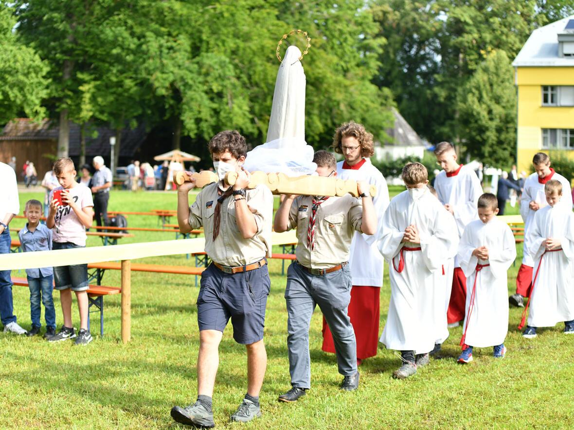 Der feierliche Einzug wurde von einer Statue der Muttergottes angeführt (Fotos: Julian Schmidt / pba)
