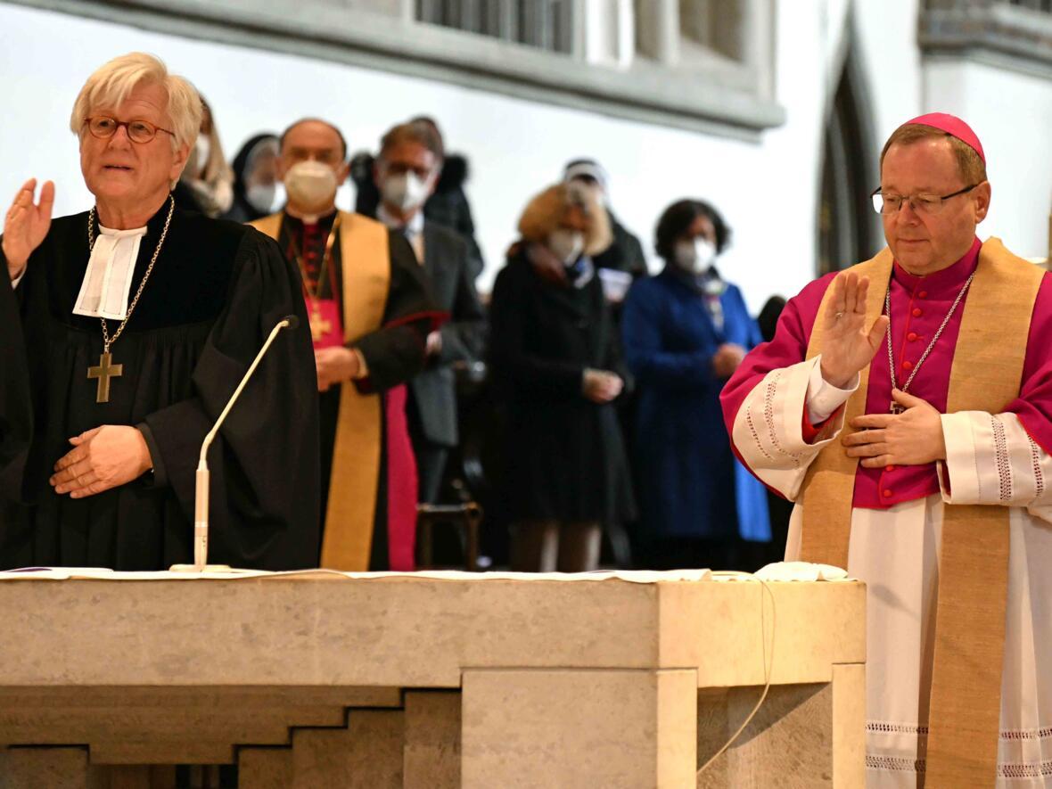 Eröffnungsgottesdienst der Woche für das Leben 2021 in Augsburg_Segen durch EKD-Ratsvorsitzenden und DBK-Vorsitzenden (Foto Nicolas Schnall pba)