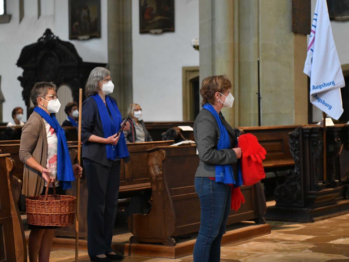Symbolisch machten die Frauen auf Probleme der Corona-Pandemie aufmerksam und brachten ihre Anliegen zu Gott (Foto: Maria Steber / pba).