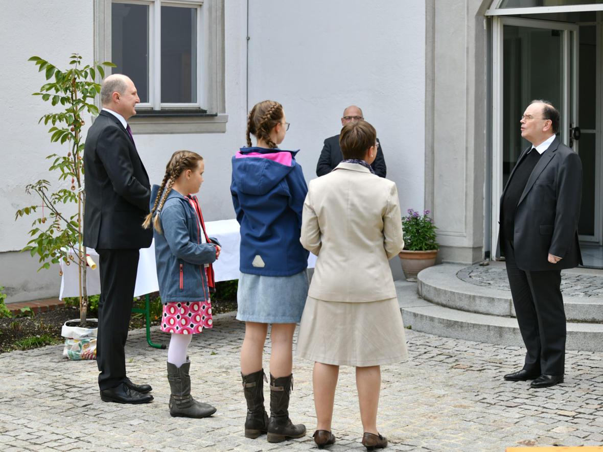Gabenprozession im Bischofsgarten 3 (Foto Julian Schmidt_pba)