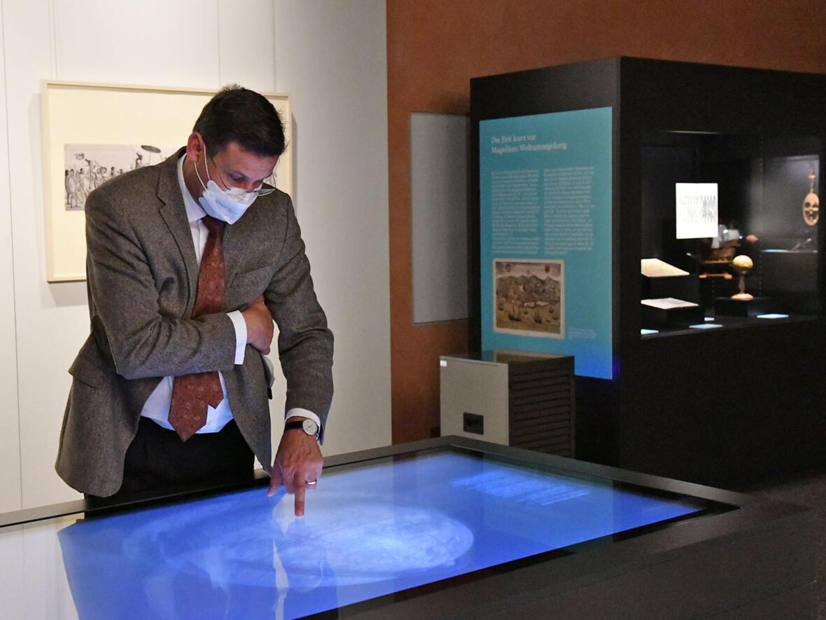 Der Fuggersche Stiftungs-Administrator Wolf-Dietrich Graf von Hundt bedient den Multi-Touch-Tisch im Diözesanmuseum (Foto: Julian Schmidt / pba)