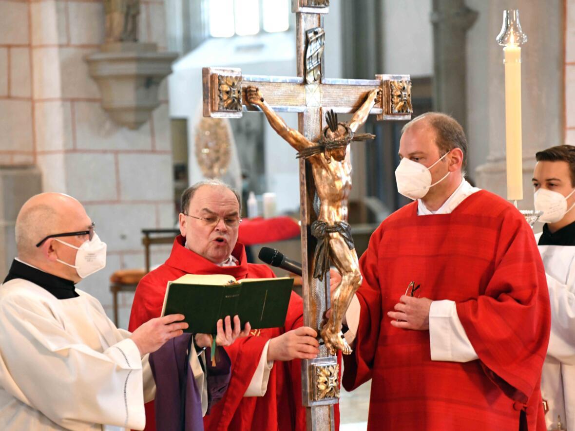 Nach den Großen Fürbitten wurde das Kreuz gezeigt und verehrt.
