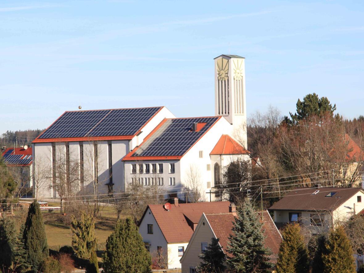 Rund 300 Tonnen CO2 konnten mittlerweile durch die Photovoltaik-Anlage auf dem Straßberger Kirchendach eingespart werden. (Foto: Archiv Pfarrei)
