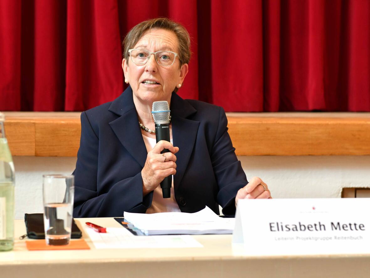 Elisabeth Mette stellt Erkenntnisse vor, die sich im Abschlussbericht wiederfinden.