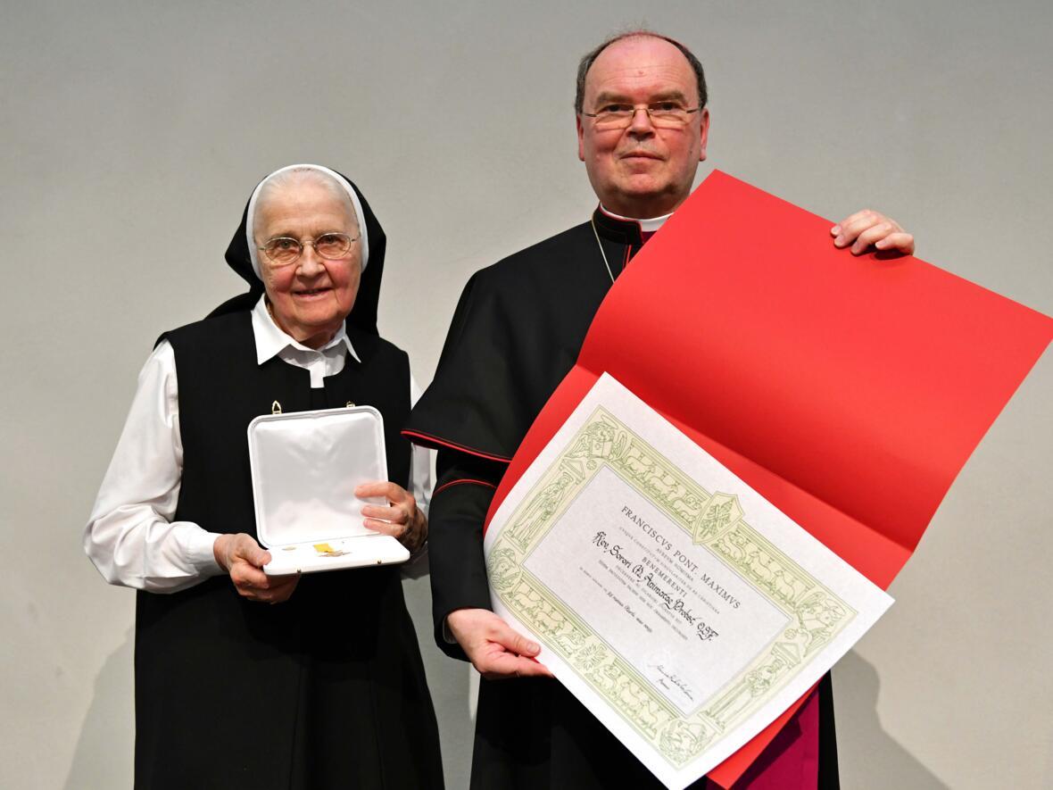 Päpstliches Ehrenzeichen Benemerenti an Sr. M. Animata Probst für ihr Lebenswerk (Foto Nicolas Schnall pba)