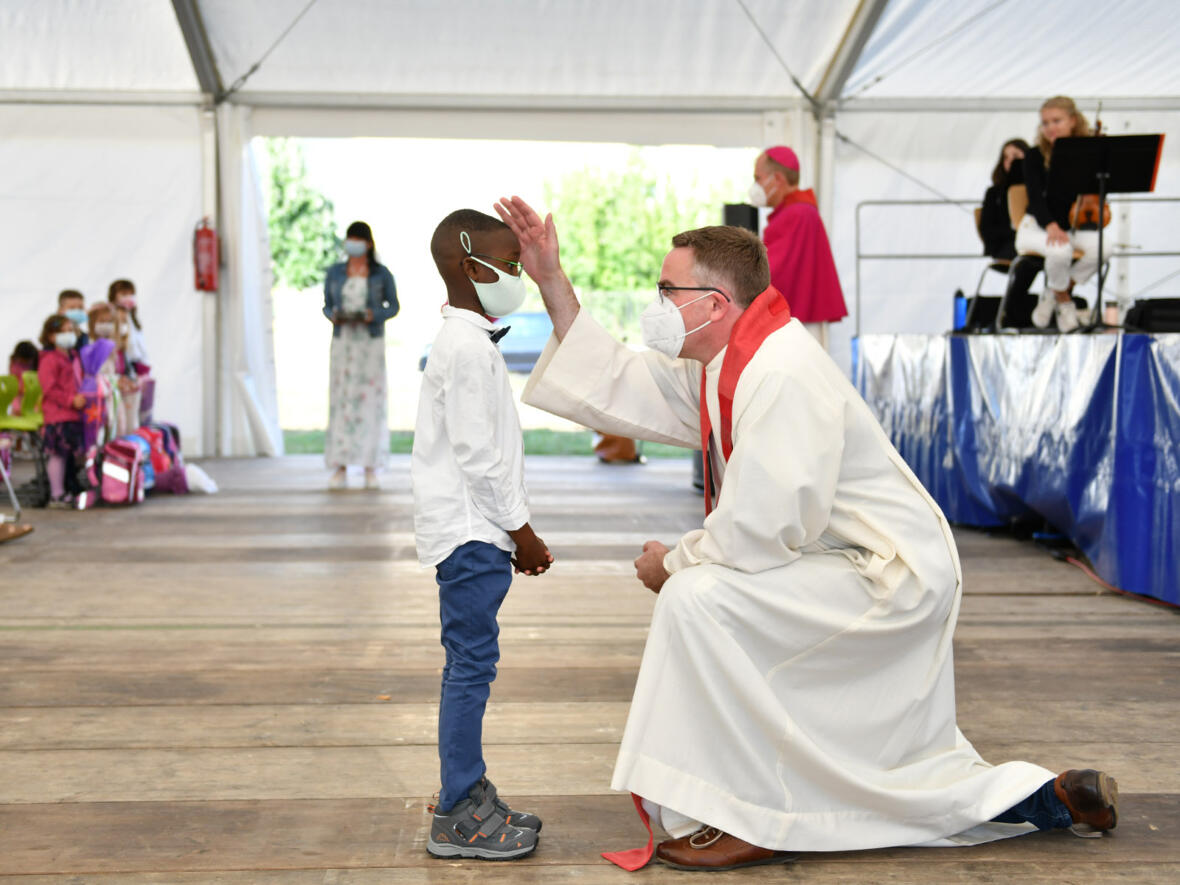 Pater Christoph Lentz spendet einem Buben den Einzelsegen.