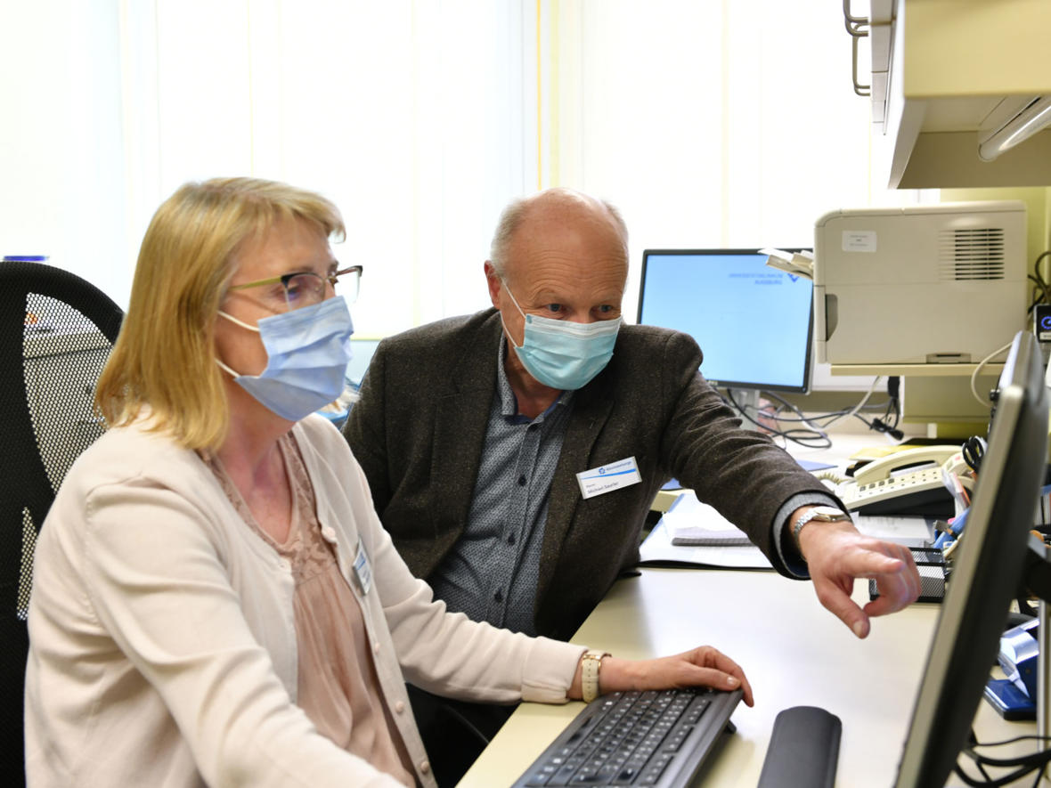 Pfarrer Saurler mit Sekretärin Renate Schmiedel im Büro der Klinikseelsorge (Foto: Julian Schmidt / pba)