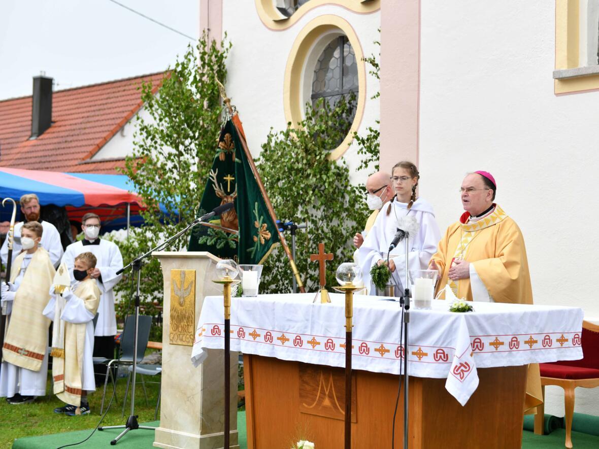 Pontifikalamt im Freien bei der Kirche St. Leonhard (Maria Steber_pba)