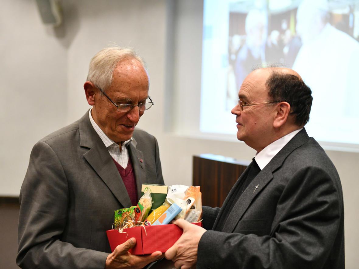 Prälat Dr. Meier überreichte Dr. Süss als Dank einen Geschenkkorb