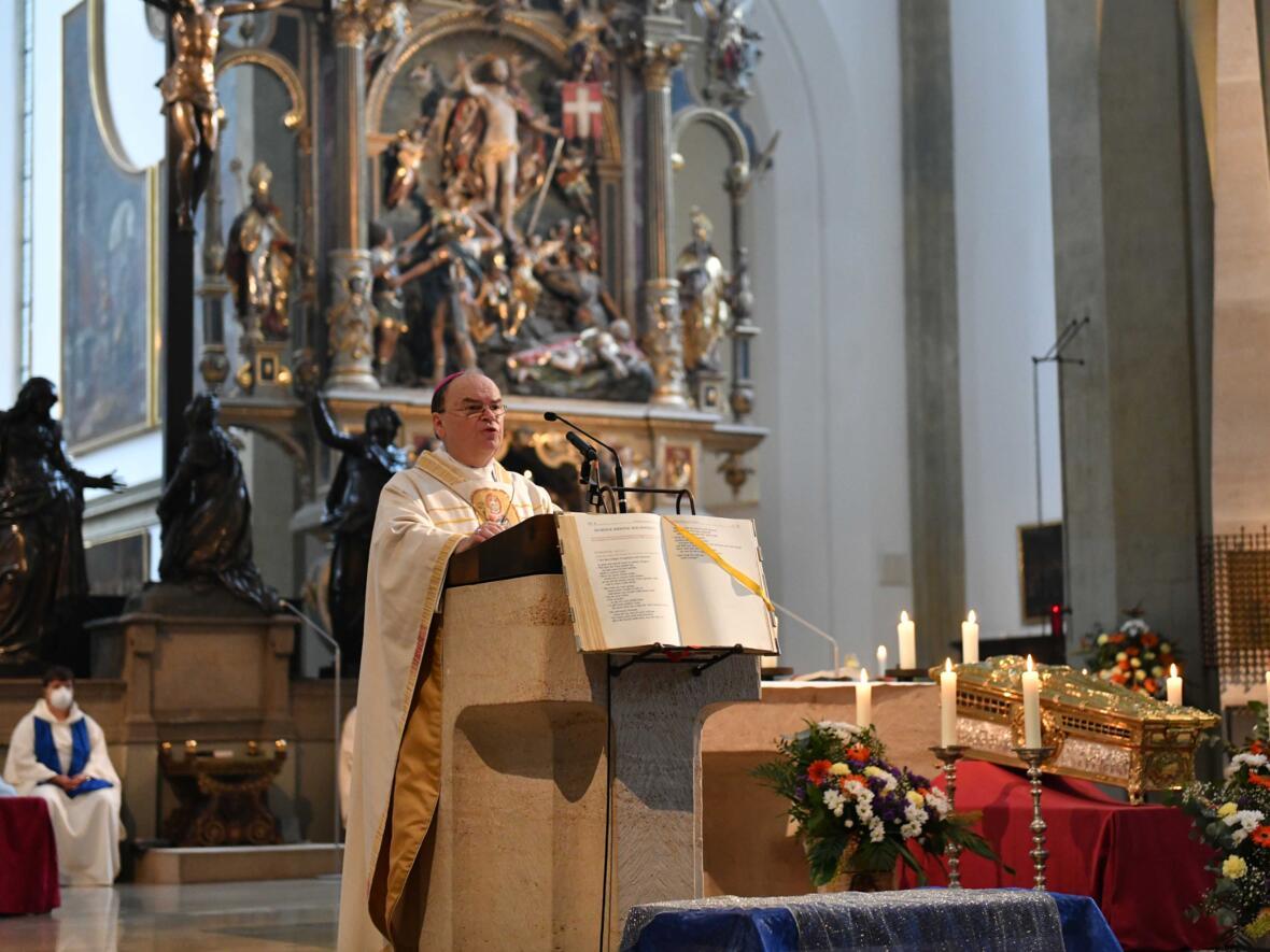Bischof Bertram bei der Predigt (Foto: Maria Steber / pba)