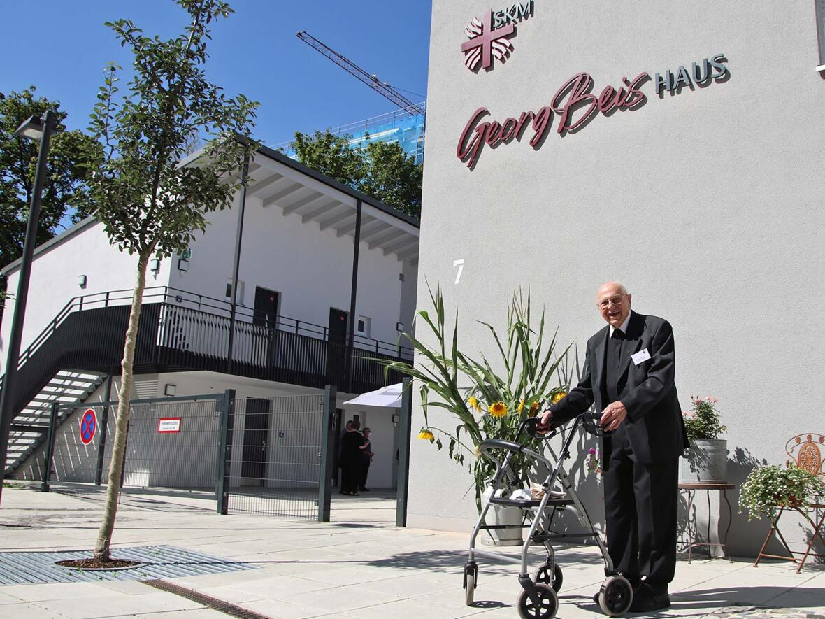 Segnung des Georg-Beis-Hauses mit dem Namensgeber vor der neuen Anlage (Foto Bernhard Gattner_Caritas)