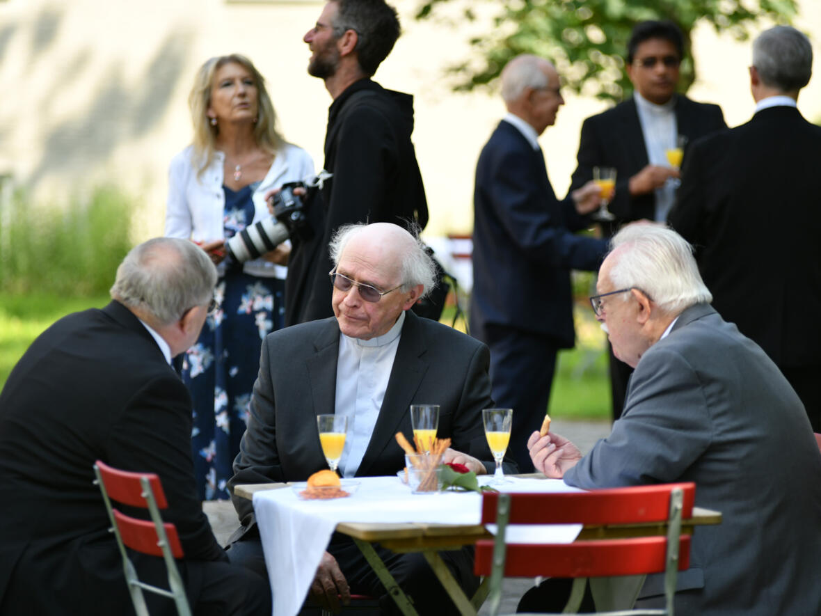Im Anschluss gab es für die Jubilare und anderen Gäste noch einen Sektempfang im Garten der Erzabtei sowie ein gemeinsames Mittagessen (Foto: Julian Schmidt / pba)