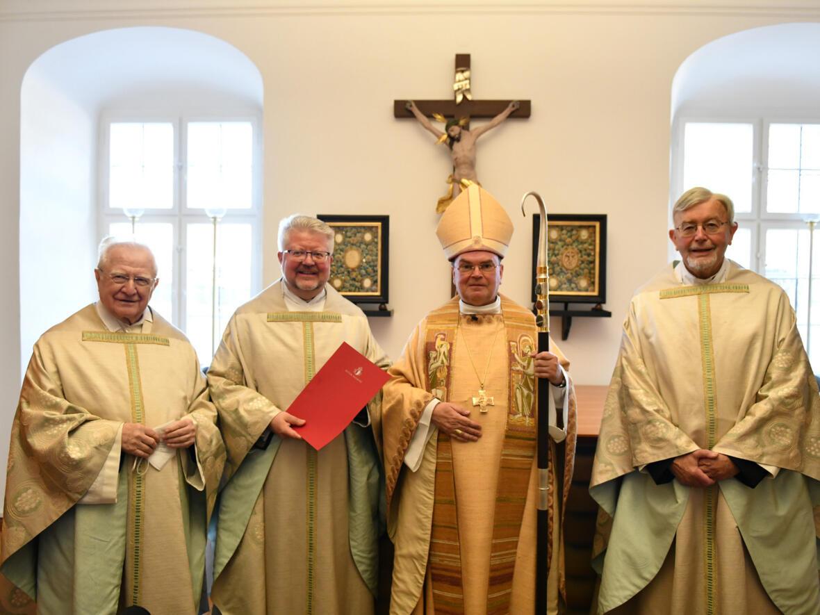 (v.l.) Prälat Georg Kirchmeir, Pfarrer Florian Geis BGR, Bischof Dr. Bertram Meier, Monsignore Gottfried Fellner (Foto Julian Schmidt_pba) DSC_2193