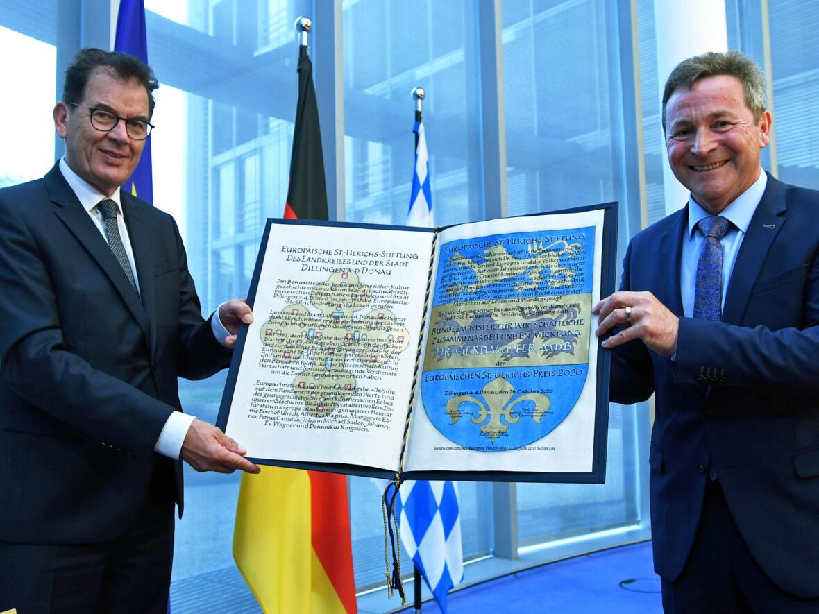 Übergabe der Urkunde durch den Stiftungsvorsitzenden Landrat Leo Schrell (rechts) an Bundesminister Dr. Gerd Müller MdB