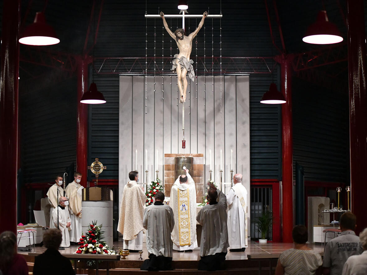 Zur Amtseinführung feierte Bischof Bertram einen Pontifikalgottesdienst in der Sühnekirche der Gebetsstätte.