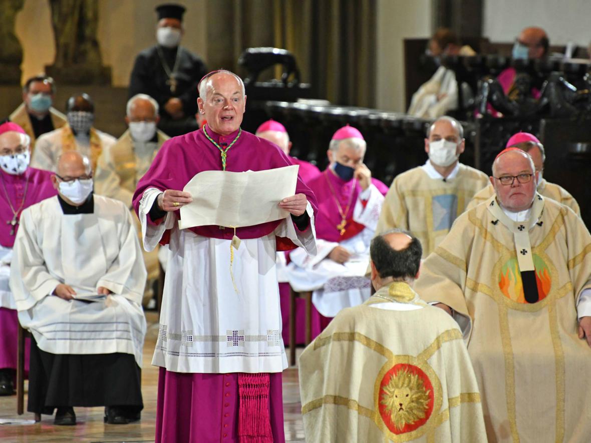 Weihbischof Dr. Dr. Anton Losinger verliest die päpstliche Ernennungsbulle (Foto: Nicolas Schnall / pba)