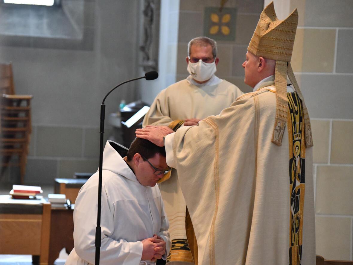 Weihbischof Losinger spendet Br. Michael das Sakrament der Diakonenweihe (Foto Julian Schmidt_pba) DSC_1695