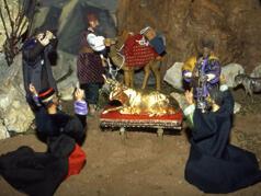 Die Israeliten tanzen um das Goldene Kalb.