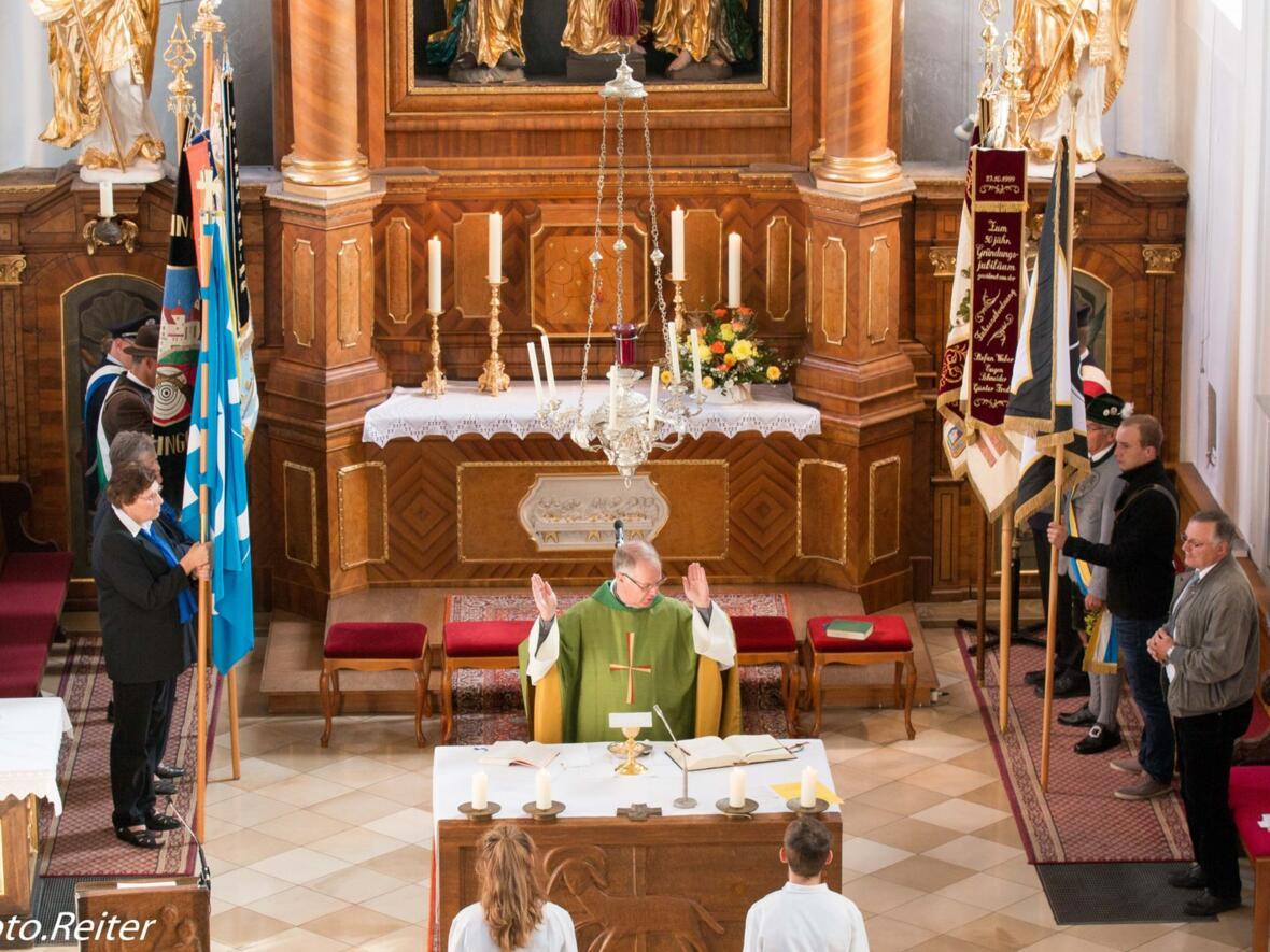 Feierl. Gottesdienst mit Pater Bernhard und Fahnenspalier