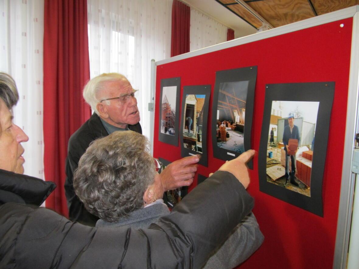 interessierte Blicke - Fotoausstellung vom Pfarrheimbau
