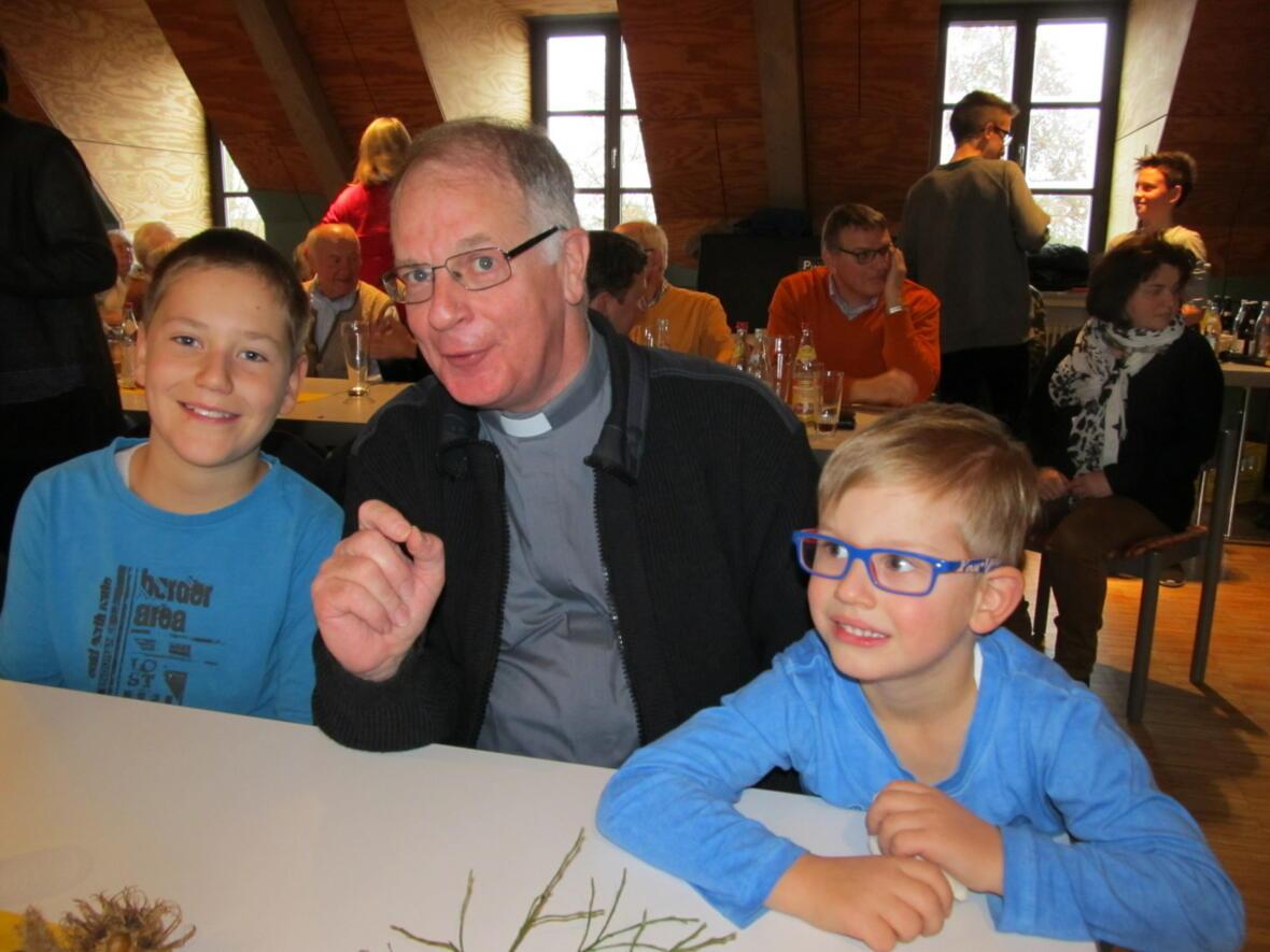 Pater Bernhard mit seinen Pfarrkindern