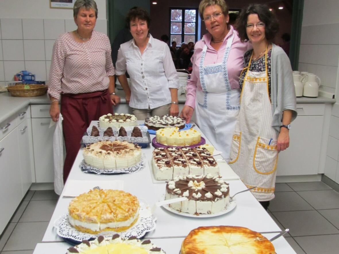 Die fleißigen Helferinnenvom PGR in der Küche und am Kuchenbüffet