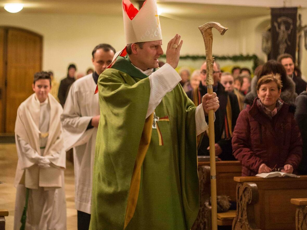 Weihbischof Florian Wörner segnet die Gläubigen