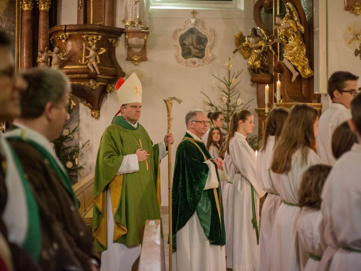 Weihbischof Wörner, Pater Bernhard und zahlreiche Ministranten an den Altarstufen