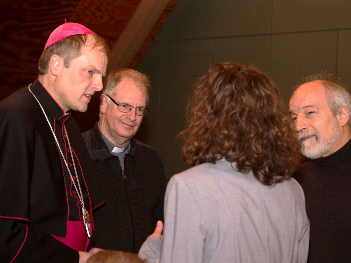 Florian Wörner und Pater Bernhard im Gespräch mit den Gablinger Religionslehrern Birgit Bach und Alois Wundlechner