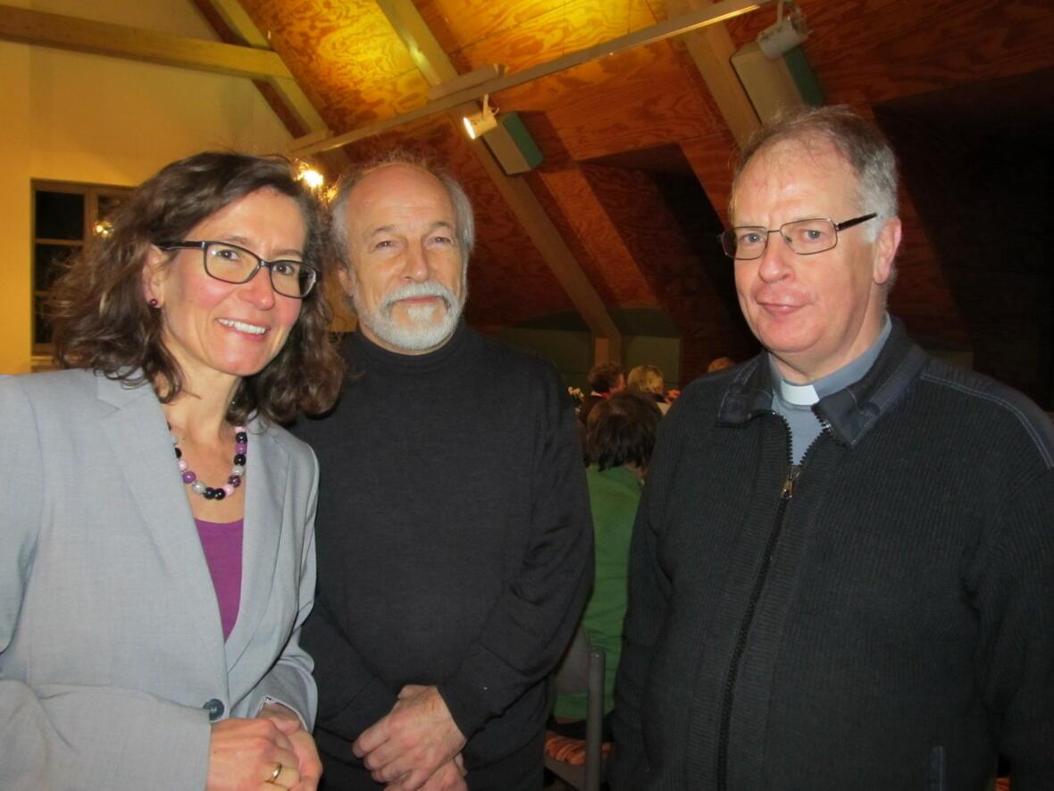 Religionspädagogen Birgit Bach und Alois Wundlechner mit Pater Bernhard