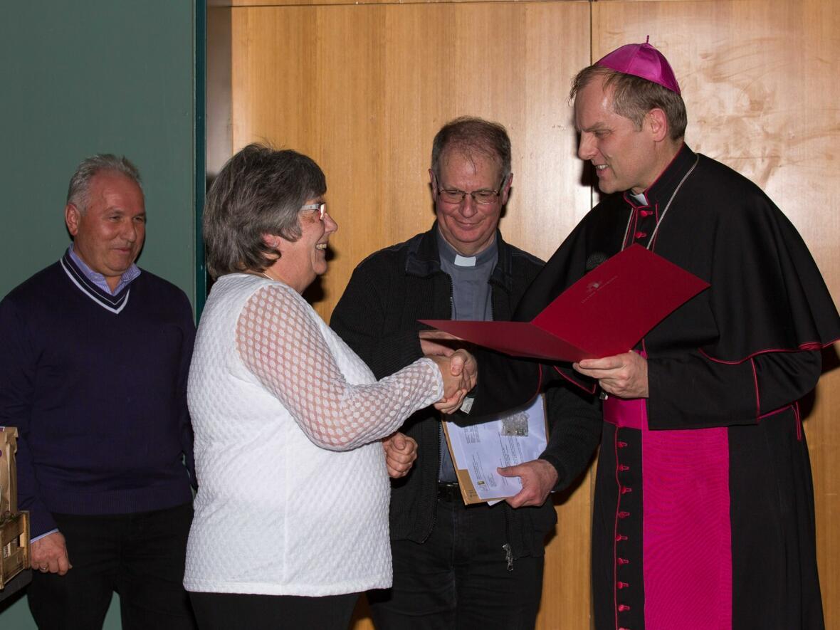Weihbischof Wörner gratuliert Gertrud Ostermöller zum 25-jährigen Dienstjubiläum als Erzieherin im Kindergarten St. Martin