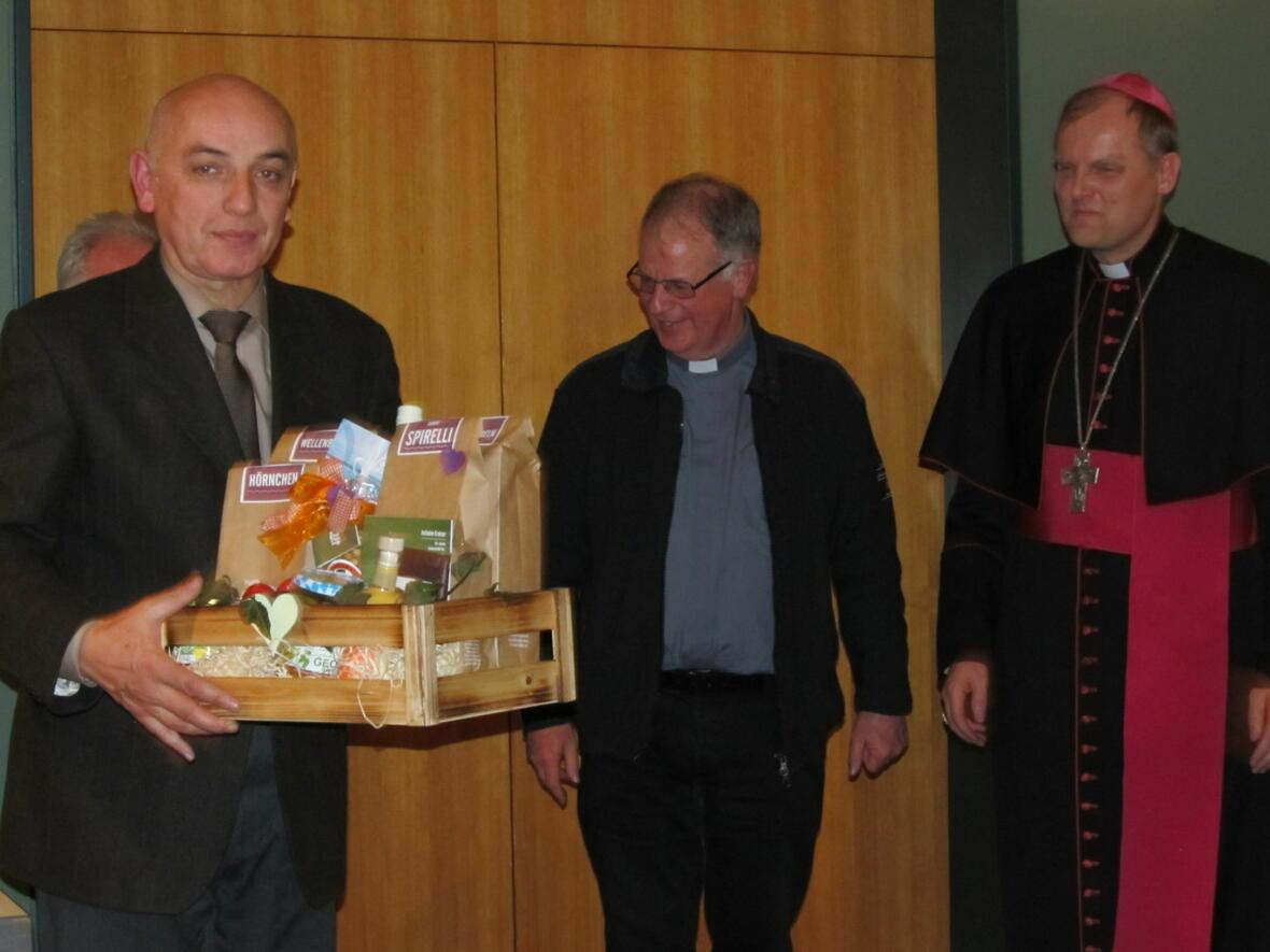 Robert Mayer wir für 30-jährige ehrenamtliche Tätigkeit als Kirchenverwalter (Finanzen) geehrt