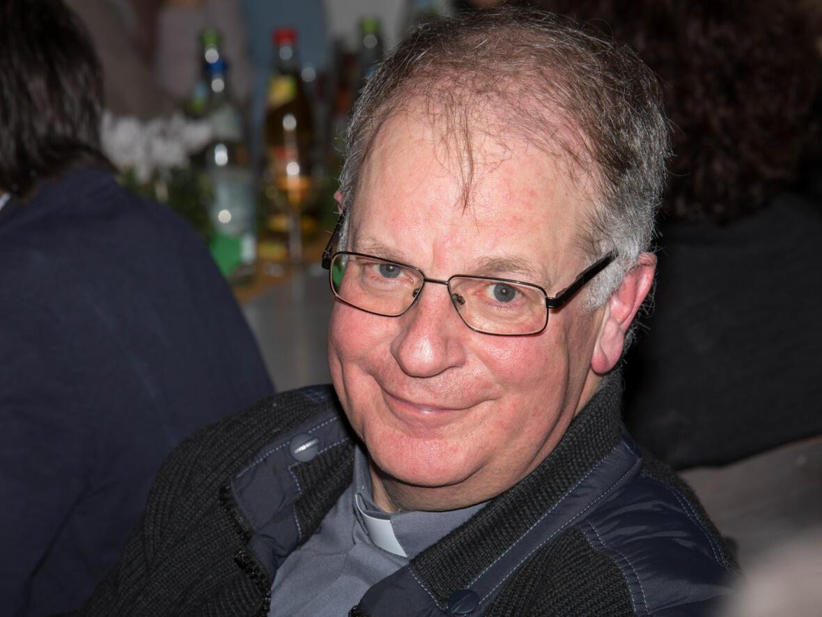 Pater Bernhard freut sich über den gelungenen Abend mit Weihbischof Wörner im Kreise aller Mitarbeiter.