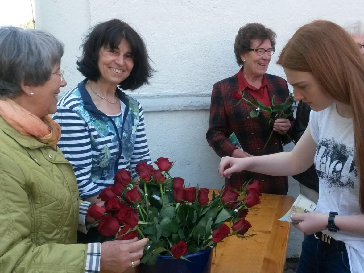 """Das """"Eine Welt Cafe"""" verkauft zum Muttertag Rosen aus fairem Handel"""