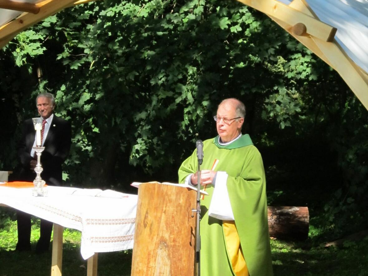 Pater Bernhard begrüßt die Gläubigen aus Gablingen, Haberskirch und Derching