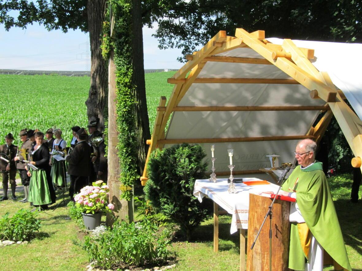 Pater Bernhard bei der Predigt