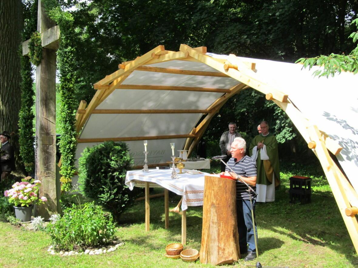 Kirchenpfleger Alfred Ostermöller bedankt sich bei Pater Bernhard und allen Helfern für den Waldgottesdienst