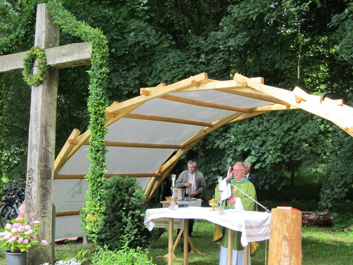 Pater Bernhard gibt den Schluss-Segen
