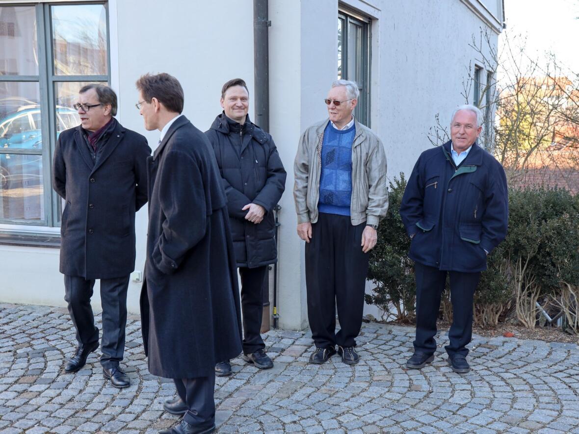 Die Pfarrgemeinderäte und der Kirchenpfleger warten auf den Bischof