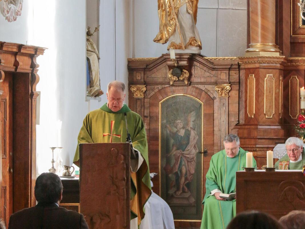 Pater Bernhard heißt unseren Bischof herzlich willkommen