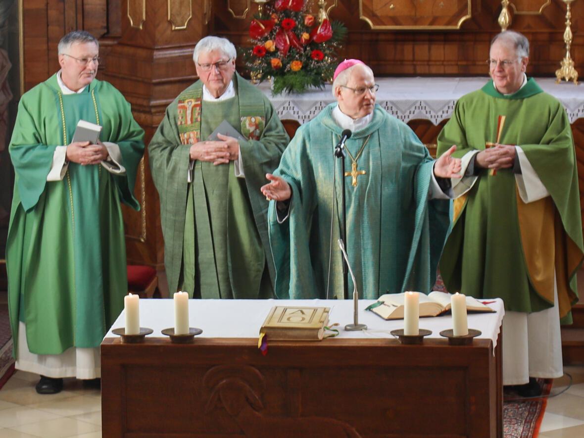 vlnr: Diakon Scharpf, Pfr. Heinloth, Bischof Konrad Zdarsa, Pater Bernhard Gerwe