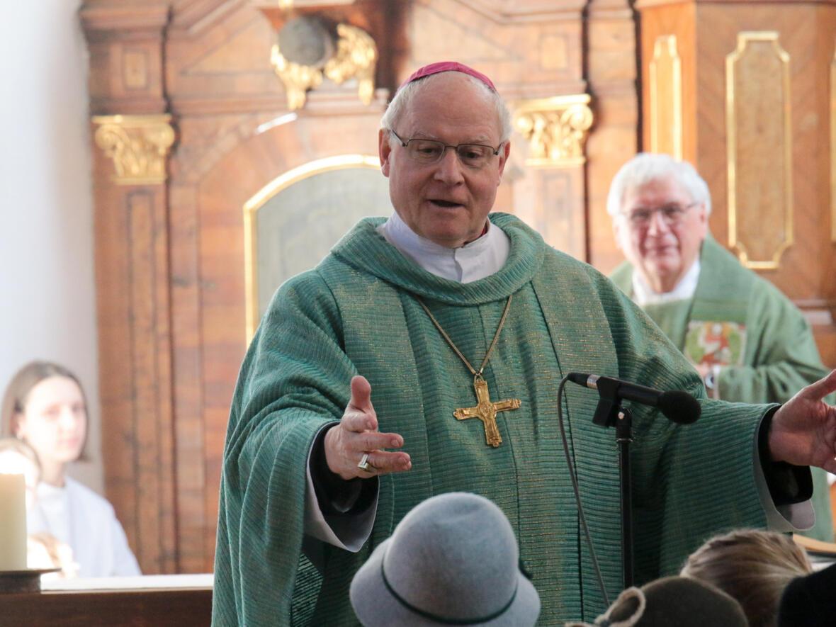 Bischof Konrad erklärt den Kindern die Bedeutung der Kreuze